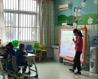 滨州市儿童福利院老师在教孩子们认识各种蔬菜